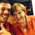 """""""Jeder Selfie mit Poldi bringt Merkel zwei Prozent mehr in den Umfragen"""""""