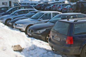 Parken auf verschneiten oder vereisten Parkplätzen kann seine Tücken haben. (Quelle: HDI)